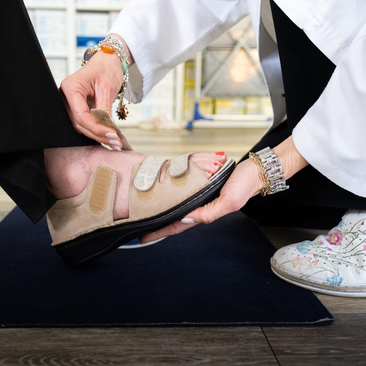inserimento calzatura medica su paziente